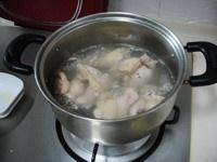 Home Cooking Recipe: Put the chicken legs into the stockpot, add the right amount of water, boil over high heat, pour the water, and rinse the chicken legs.