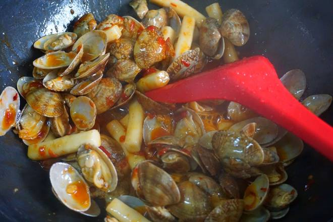 Home Cooking Recipe: Put the clams in. Put the white sugar. Raw soy. White pepper. Stir fry until the rice cake is soft.. The soup is quickly dried..