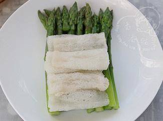 Home Cooking Recipe: Put the cooked bamboo scallions on the asparagus
