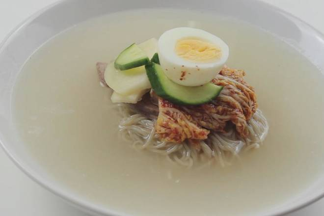 Home Cooking Recipe: Put the cooked beef slices and put some kimchi, cucumber, pear, boiled egg and other Korean cold noodles to complete the pull!