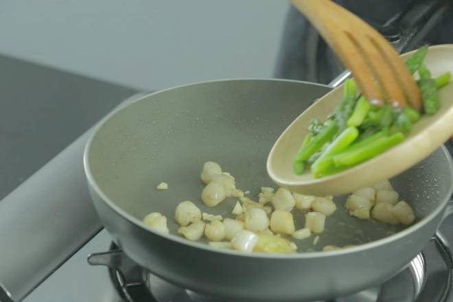 Home Cooking Recipe: Put the good asparagus in the pot and continue to stir fry