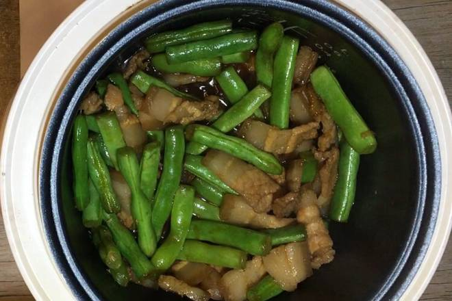 Home Cooking Recipe: Put the green beans in, when the water in the pan is dry, add 2/3 scoops of soy sauce and a little salt.