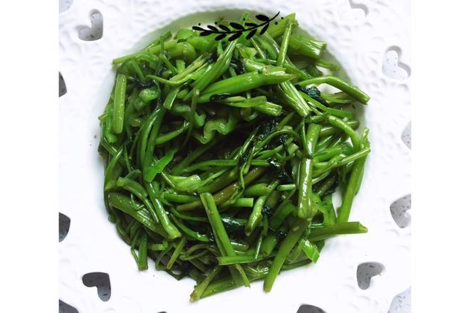 Home Cooking Recipe: Put the high-temperature oil into the general garlic, put the garlic into the spinach, stir it and put it into the green pepper. Stir in the fire for two minutes to put salt and MSG. Then you can go out and pan.