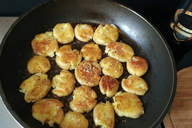 Home Cooking Recipe: Put the hot oil in the pan, carefully put the small potatoes into a small fire and slowly fry them into a golden color, then sprinkle the salt and pepper (choppies or black pepper, or rosemary, stunned) according to your taste. Continue to fry until golden on both sides.