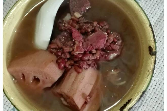Home Cooking Recipe: Put the lotus root, the red bean, the pig bone with water and put it in the casserole. After the fire is boiled, turn to a small fire for one and a half hours to two hours. Season and drink.