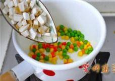 Home Cooking Recipe: Put the oil in the enamel soup pot and fry the corn, green beans, carrots, and oyster mushrooms.