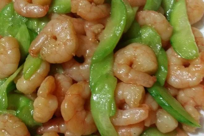 Home Cooking Recipe: Put the oil in the pan and heat it. Add the shrimp and sauté the color and break it. Put the cucumber into a stir fry, pour a little water, stir again and stir again. Shrimp is fresh and delicious, and the fragrance of cucumber complements each other and is perfect!