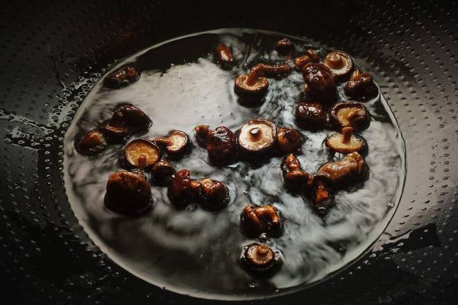 Home Cooking Recipe: Put the oil in the pot, squeeze the dried shiitake mushrooms out of the water, put it down and fry until golden crispy