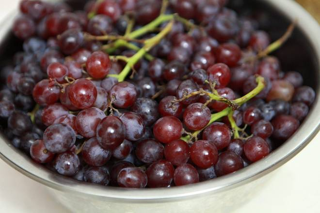 Home Cooking Recipe: Put the organic grapes in the container.