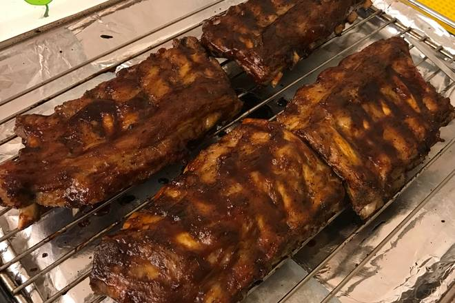 Home Cooking Recipe: Put the pork ribs on the barbecue sauce and put them in a 165-degree oven for 10 minutes on each side.