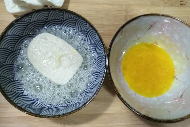 Home Cooking Recipe: Put the taro slices in the egg