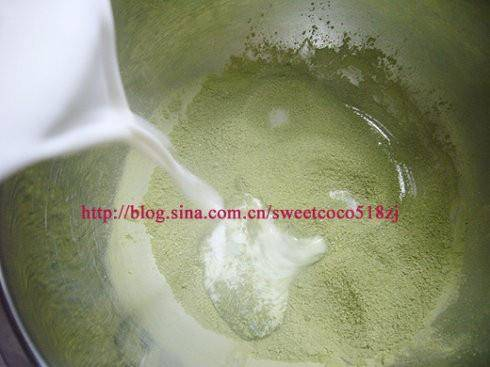 Home Cooking Recipe: Put the whipped cream together with the milk into the thick-bottomed milk pan and boil it in a small fire. Rinse it into the matcha powder. When it is not particularly hot, pour the milk of the matcha into the egg yolk, while stirring and cooling, so as not to burn. Egg flower soup