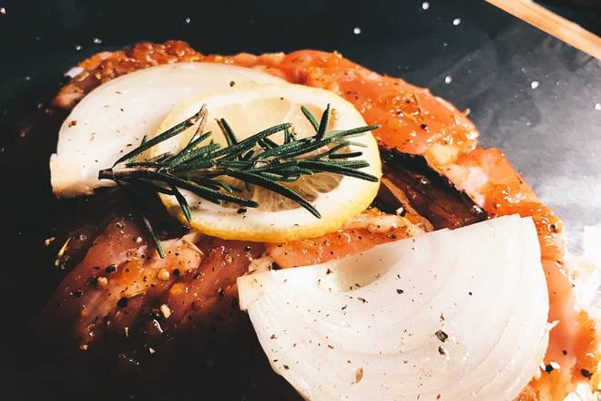 Home Cooking Recipe: Put two onions, a slice of lemon, a proper amount of rosemary, put a small piece of dried tangerine peel on the front and back, and marinate for twenty minutes.