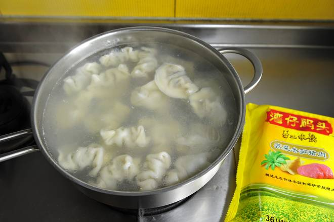 Home Cooking Recipe: Put two pots on the stove at the same time, and cook a fresh dumpling in Jiangnan, Wanchai. Boil the water in a big fire, add the dumplings, cook for 5 minutes on medium heat, do not need to add water during the period, and then open the lid and cook for one and a half minutes.