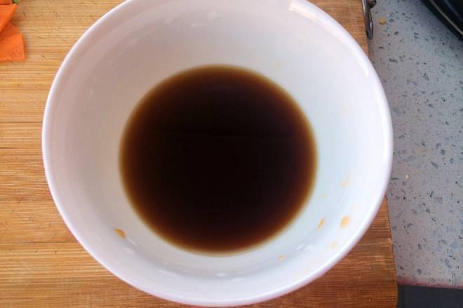 Home Cooking Recipe: Raw soy sauce, a small pinch of sugar, oyster sauce, salt, vinegar, chicken essence, starch, a small amount of water into a juice