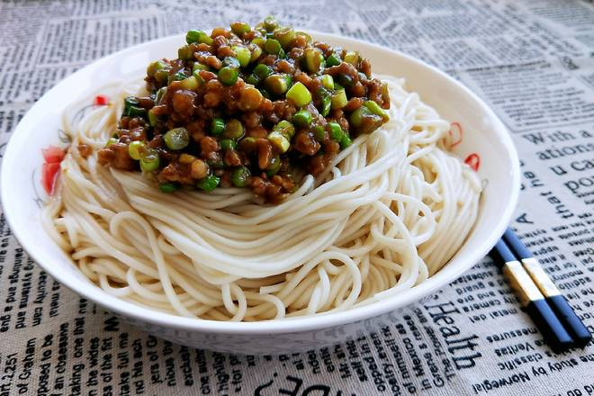 Home Cooking Recipe: Remove the noodles into a bowl and pour in the garlic sauce.