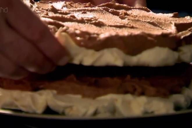 Home Cooking Recipe: Repeat this step by laying a layer of meringue and applying a chocolate filling. Make a 3-layer protein cream sandwich with 2 layers of stuffed meringue tower