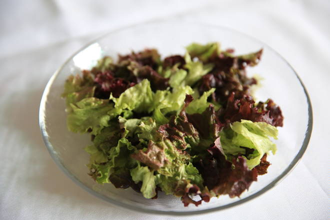 Home Cooking Recipe: Salad lettuce washed, chopped, placed in the bottom of the plate