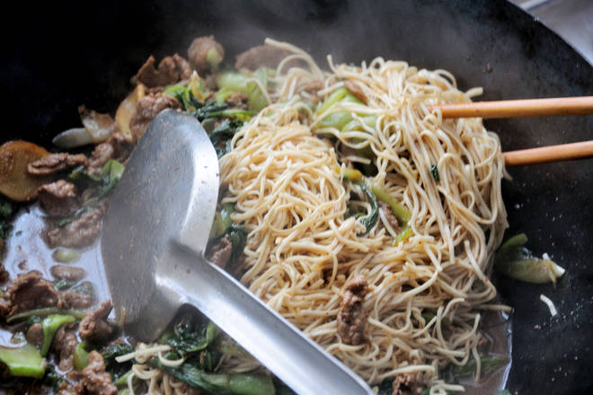 Home Cooking Recipe: Secondary steaming (steps 23-28): After the noodles are steamed, mix them into the dish, so that the noodles are evenly dipped in the soup.