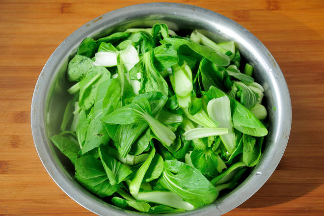 Home Cooking Recipe: Shanghai green picking clean, control dry water for spare. For the choice of green vegetables, it is more classic to use bean buds with yellow bean sprouts, but it is not absolute. You can use the vegetables you like to eat.