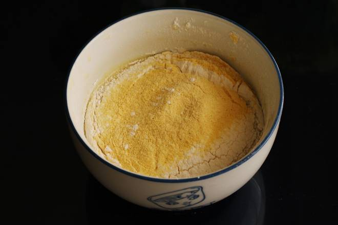 Home Cooking Recipe: Sift in low flour and extra fine corn flour. If you don't have corn flour, you can use the same amount of low powder instead. If you want to make a chocolate flavor, change it to 10 grams of cocoa powder.