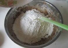 Home Cooking Recipe: Sift the flour into the butter paste and mix well with a squeegee.