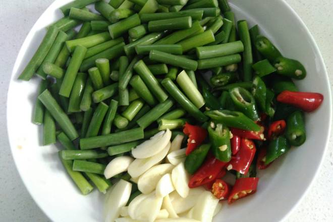 Home Cooking Recipe: Slice the garlic, cut the garlic into small pieces, and diced the green red pepper.