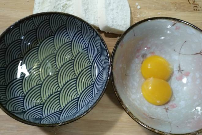 Home Cooking Recipe: Slice the taro and separate the egg whites and egg yolks.