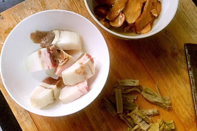 Home Cooking Recipe: Sliced ​​bacon, sliced ​​pine mushroom, cut into bamboo shoots