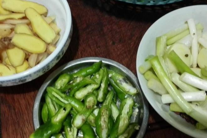 Home Cooking Recipe: Sliced ​​ginger, ginger shredded, garlic cut, chives cut into sections, green peppers torn into large pieces.