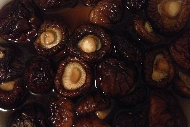 Home Cooking Recipe: Soak the mushrooms to soften.
