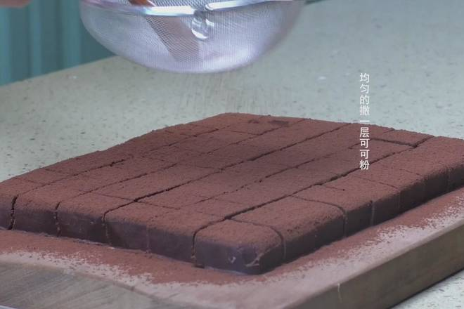 Home Cooking Recipe: Spread a layer of cocoa powder evenly;
