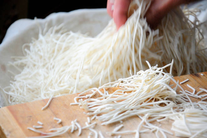 Home Cooking Recipe: Spread the cage cloth, put the cut noodles on the pot, and pick and loosen.