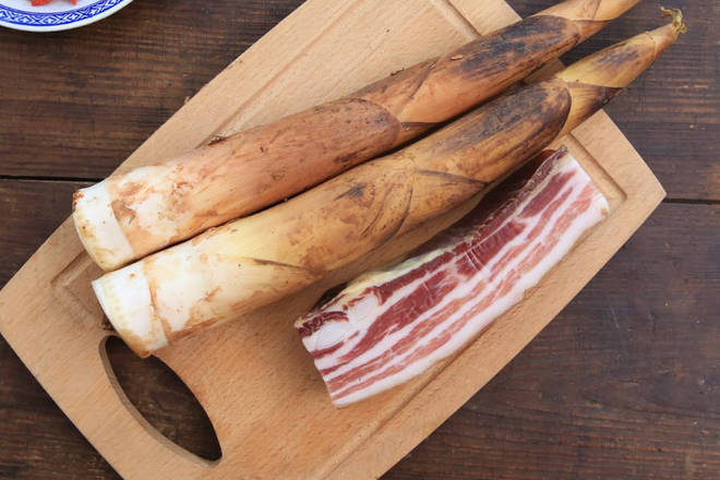 Home Cooking Recipe: Spring bamboo shoots, bacon washed, cut into pieces, ginger slices, onions and cut into sections.