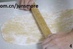 Home Cooking Recipe: Sprinkle a little cornstarch on the chopping board and knead the settled dough into a large dough piece about 0.2cm thick.