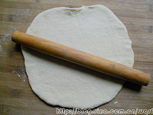 Home Cooking Recipe: Sprinkle a little high-gluten flour on the chopping board, flatten the way the second fermented dough is beaten by hand, and evenly drip it into a flat-shaped pie-shaped pizza embryo with a rolling pin.
