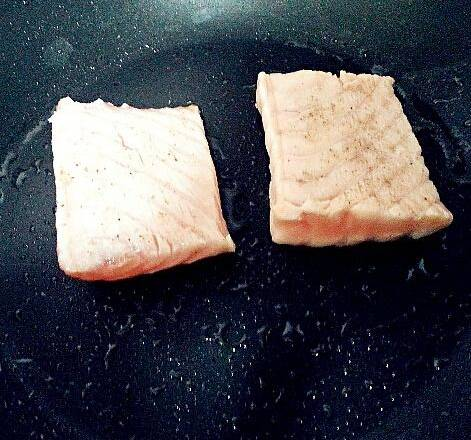 Home Cooking Recipe: Sprinkle the salmon with the right amount of salt and black pepper for half an hour.