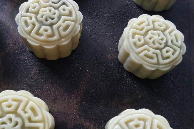 Home Cooking Recipe: Sprinkle water on the surface of the moon cake, do not spray too much, into the lower layer of the oven for about 7 minutes
