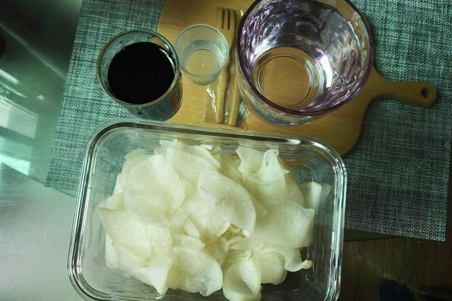 Home Cooking Recipe: Squeeze dry water, add 60ML soy sauce, 10ML white vinegar, 200ML cold water, a little sugar