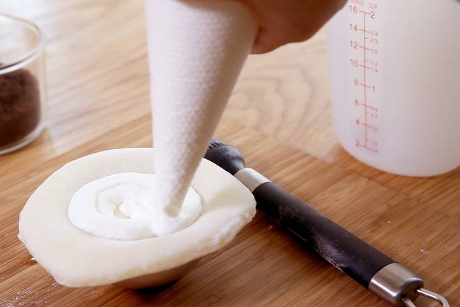 Home Cooking Recipe: Squeeze the cream in a circular motion