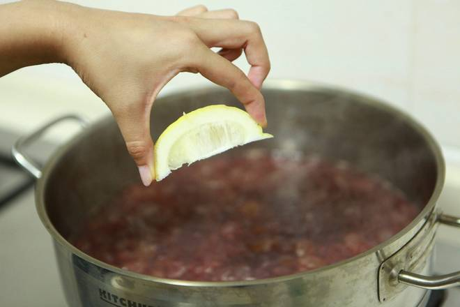 Home Cooking Recipe: Squeeze the lemon juice into the pot.