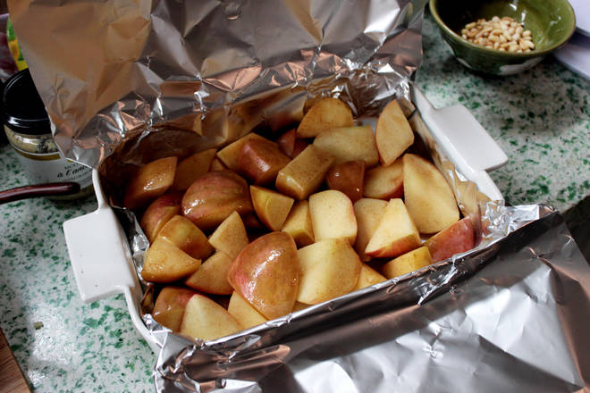 Home Cooking Recipe: Stir-fried apple pieces are placed in a baking dish.