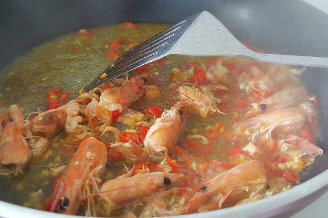 Home Cooking Recipe: Stir-fry the shrimp head and the shrimp shell into red, pour the white wine and continue to fry;