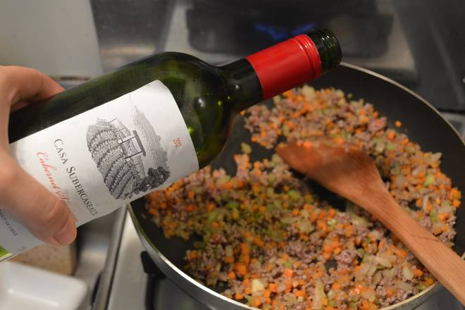 Home Cooking Recipe: Stir-fry until the meat is discolored. The water from the meat is almost dried. You can pour some red wine into it. If you don't use cooking wine, you can do it. Never put water.