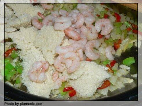 Home Cooking Recipe: Stir well, pour the frozen shrimp and the freshly dug bread crumbs, stir well--this step should not be fried for too long, stir the shrimp hot