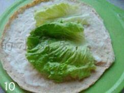 Home Cooking Recipe: Take a crust, smear the salad dressing, and put the washed lettuce leaves