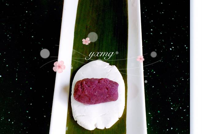 Home Cooking Recipe: Take a cut leaf on the long plate or put it on the chopping board. The glutinous rice glutinous rice can be rolled into the shape in the above picture and then placed on the top of the purple yam. Roll the embryos, and then roll the remaining glutinous rice rolls in the steamer.