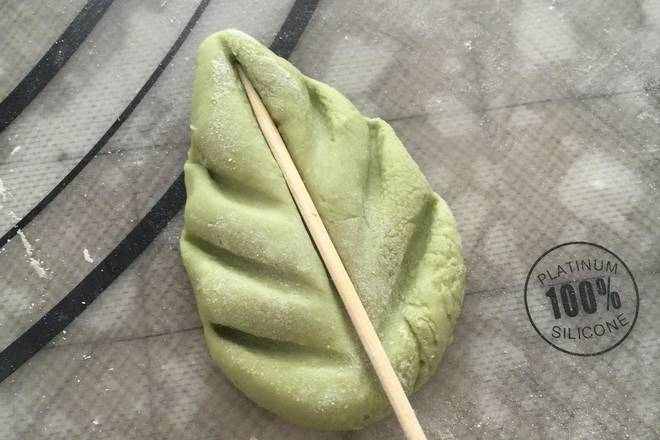 Home Cooking Recipe: Take a green dough and make a leaf shape without filling