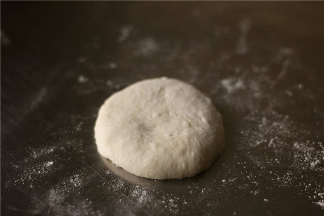 Home Cooking Recipe: Take a small dough and press it flat to discharge large bubbles