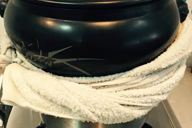 Home Cooking Recipe: Take a stockpot and fill it with water. After boiling, put in a steamer. You can use a towel next to it. After burning for three hours, the middle heat can be adjusted slightly. Also, pay attention to whether the water will burn out during the burning process.